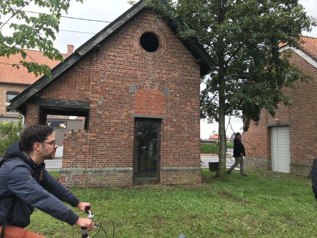 Afbeelding met gras, buiten, gebouw, huis  Automatisch gegenereerde beschrijving